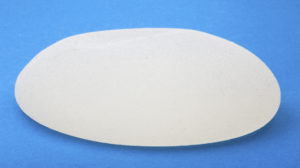 Modernes Brustimplantat mit rauer (texturierter) Oberfläche.